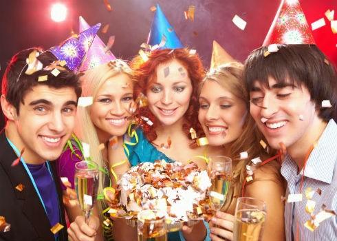 Фото людей с поздравлением на день рождения