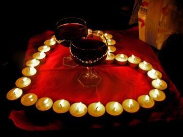 Поздравление - сердце из свечей